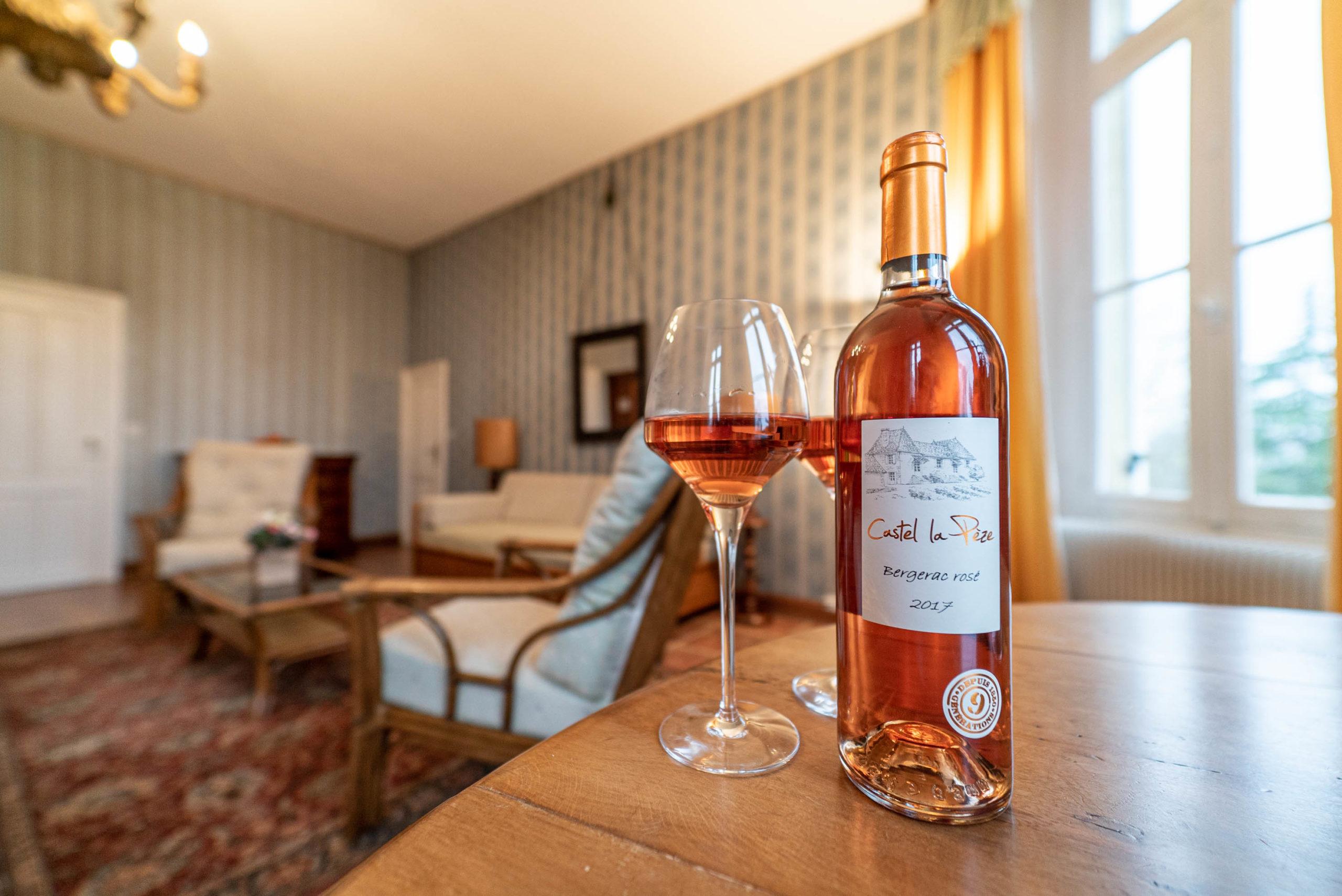 bouteille de vin castel lapeze Suite du marquis chambre chateau Rauly location bergerac Monbazillac