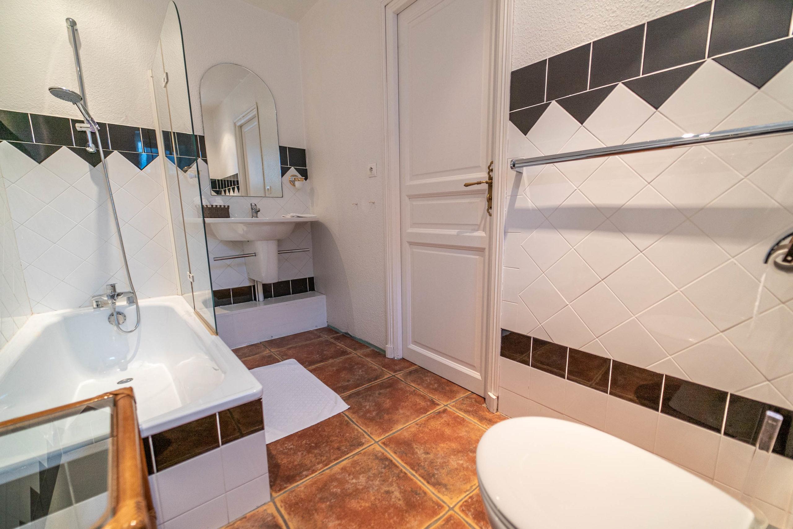 Salle de bain Chambre des convives chateau Rauly location bergerac Monbazillac