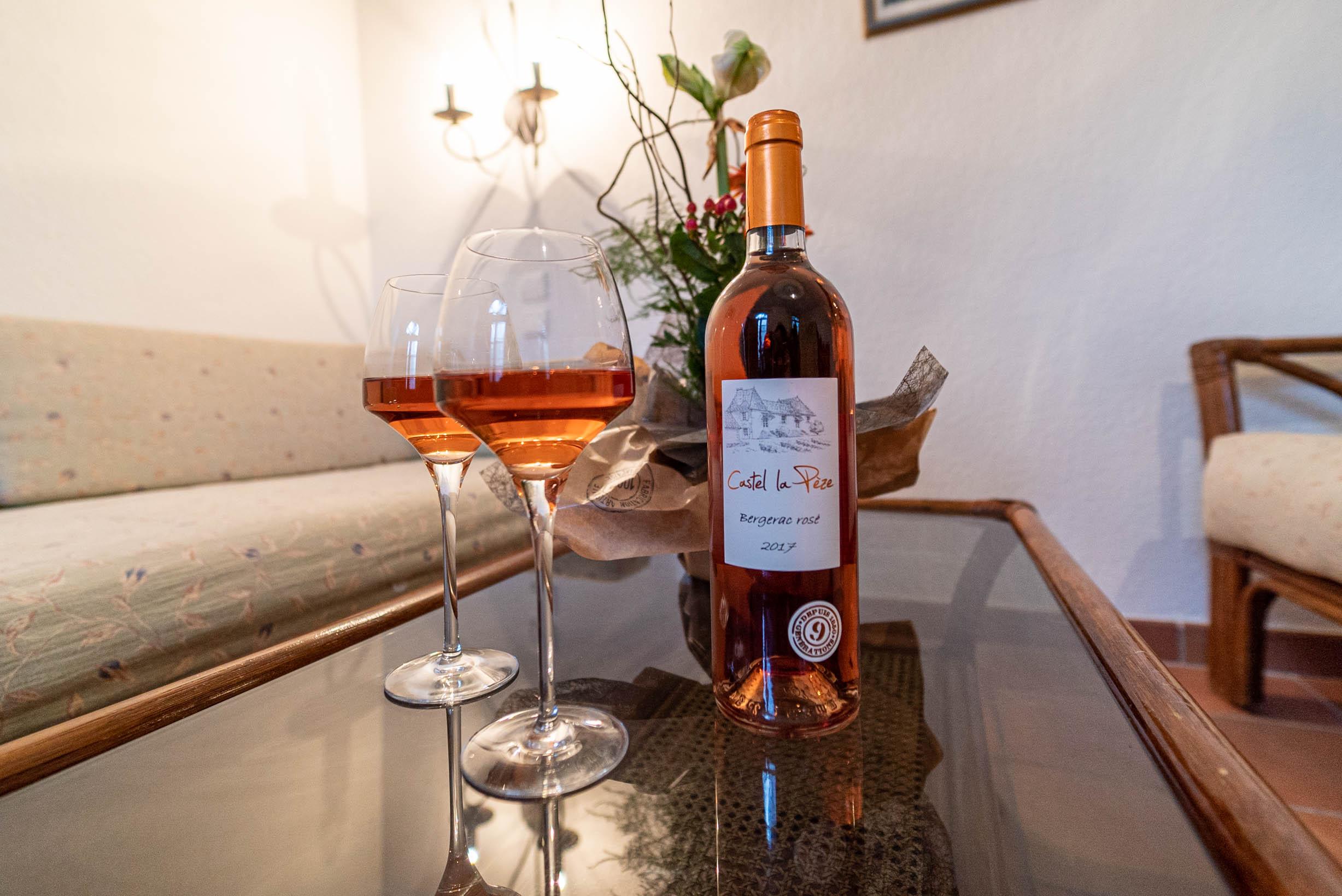 Suite des ecuries castel lapeze bouteille de vin rosé chateau Rauly location bergerac Monbazillac