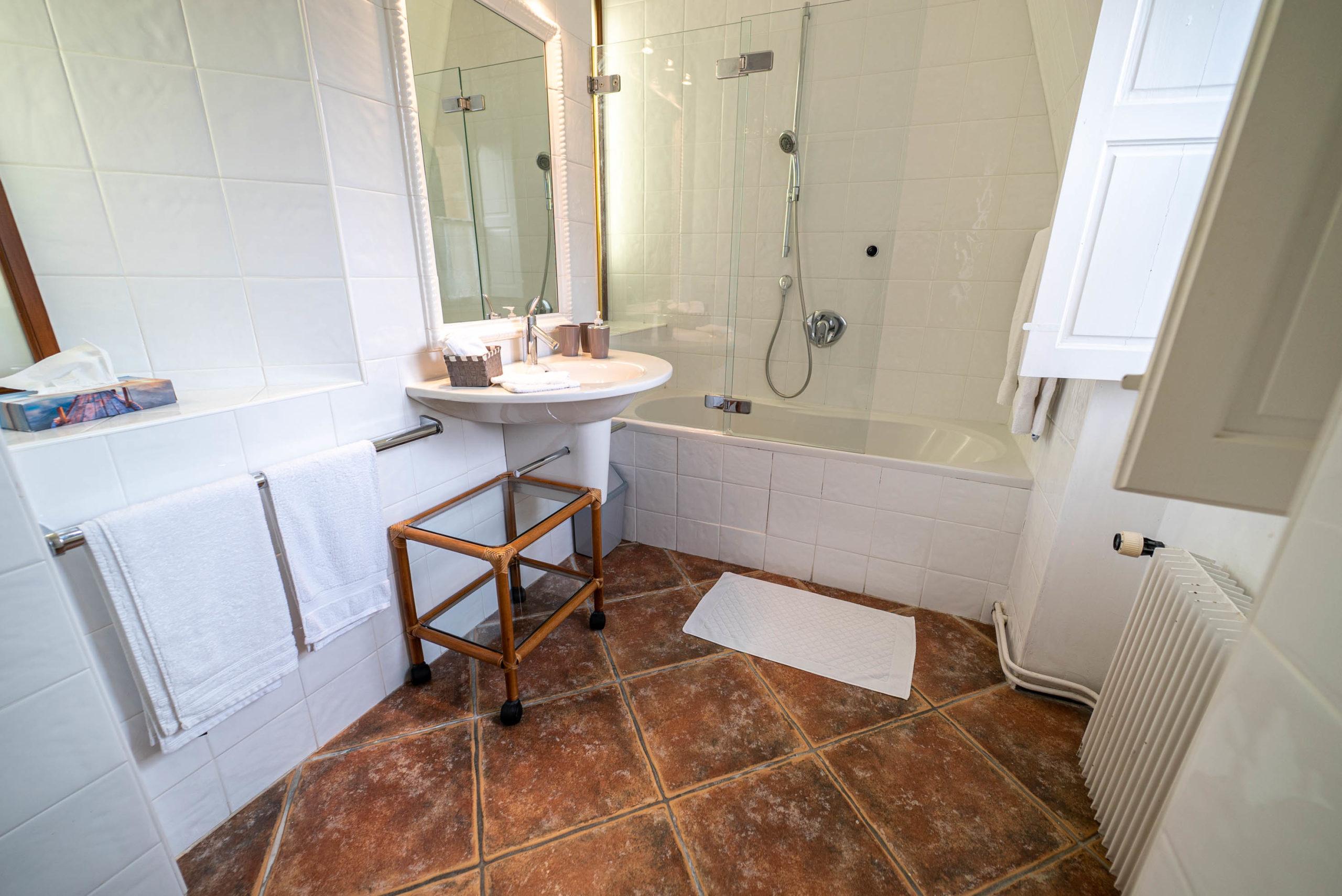 Salle de bain suite nuptiale chateau Rauly location bergerac Monbazillac